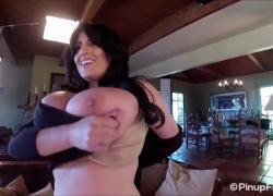 Антонелла Калло играет со своими большими грудями за кадром, фотосессия