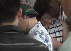 'Азиатка трахается на общественном поезде'