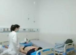 'Азиатская женщина-врач трахает пациента на больничной койке'