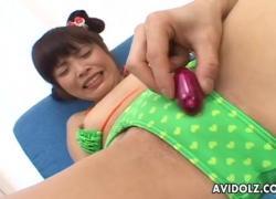 Азиатская милая девушка переживает жаркое время