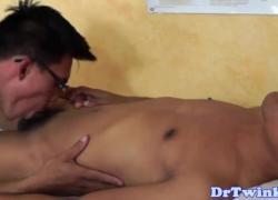Азиатский доктор пальцы и диски Twinks мудак