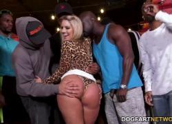 BBC шлюха Candice Dare переживает межрасовые групповуха в баре