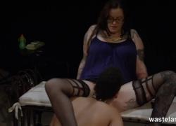'BBW Mistress владеет короткошерстным рабом лесбиянок'