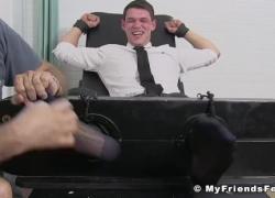 Бизнес-гей сдерживается мастером-фетишем
