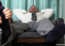 Бизнесмен бьет свое мясо, а гомо пирует на ногах