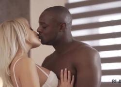 BLACK4K распутная девушка находит подходящий момент для секса с черным мужчиной
