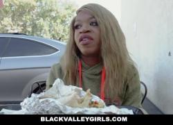 'BlackValleyGirls Ebony Teen с пирсингом сосков трахается'