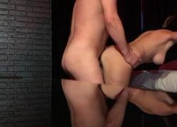 'Блондинка с большими сиськами трахнута в стиле BDSM и возьмет на себя свою прелесть'