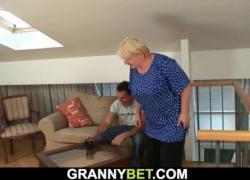Блондинка трахается с молодым мужчиной
