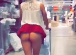 'Британская мамочка ходит на супермаркет без трусиков и с дилдо в'