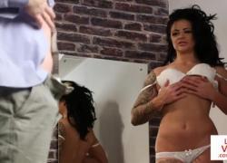 Британская татуированная мамочка дает JOI в раздевалку