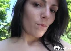 брюнетка играет с ее горячим телом на улице