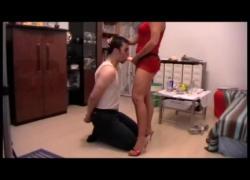 Брюнетка-милфа-дама учит своего раба сосать дилдо