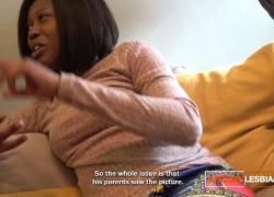 'Чернокожие лесбиянки играют с анальной игрушкой'