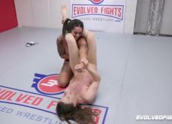 Cheyenne Jewel против новичка Miss Demeanor Женский секс Бой с едой киски и страпоном