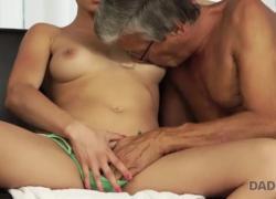 DADDY4K Грудастая молодая женщина любит отца своего парня больше его