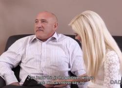 DADDY4K Красивый старик ублажает новую подругу-блондинку сына на диване