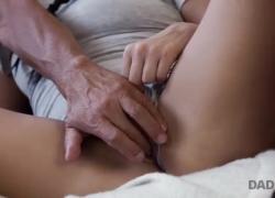 DADDY4K Парень в наушниках не слышит, как его малышка занимается горячим сексом