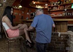 'Daddy4K Распутная девчонка очень хочет попробовать твердый член любовника, папа'