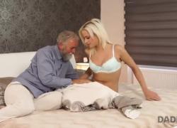DADDY4K сладкая блондинка скачет на члене старого папочки бойфренда в спальне