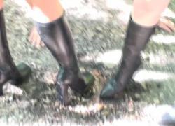 Дамы в сапогах доминируют над рабыней на улице, чтобы очистить ее грязные туфли
