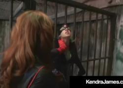 Джинджер Бэт Девушка Кендра Джеймс Биндс усилитель фаллоимитатор трахает CatGirl Никки Брукс