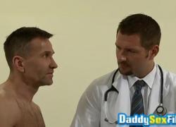 Доктор и мускулистый папочка римминг втроем с спортсменкой