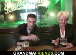 Два похотливых парня забирают грудастую бабу