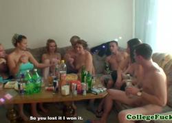 Европейские любители молодых трахаются на секс-вечеринке