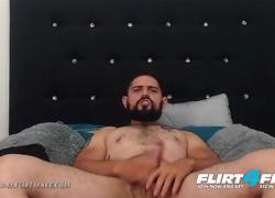 'Flirt4Free Vergoso M Сексуальная латиноамериканка с большим неразрезанным членом снимает большой груз'