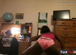 Fuc kT hisGirl com горячая чернокожая тинка тверкает толстой попкой перед камерой