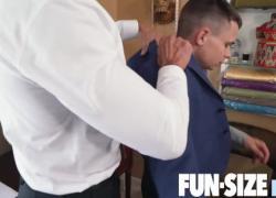 FunSizeBoys Гигантский серебряный папочка-портной трахает маленькую Остин Янг на работе