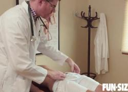 FunSizeBoys Hung доктор трахает маленького пациента без седла во время физического