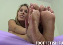 Женское доминирование, фут-фетиш и массаж ног в видео от первого лица
