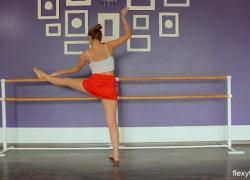 Гибкая обнаженная гимнастика от горячей европейской тинейджерки