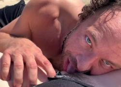 Голубоглазый Брэд Ньюман лижет киску на общественном пляже
