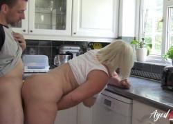 'Горячая блондинка с огромной натуральной грудью трахается'