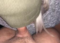 'Горячая блондинка сосет член и трахается в заднюю часть автомобиля'