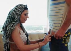 Горячей арабской даме нужна грин-карта, чтобы остаться, ее долбят