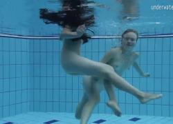 Горячий лесбо-экшн в бассейне