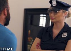 Грудастая блондинка детка в униформе поймали парень мастурбирует
