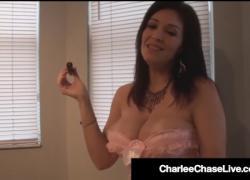 Грудастая брюнетка Milf Charlee Chase курит сигарный усилитель и член