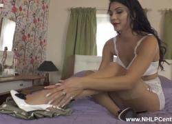 'Грудастая брюнетка Roxy Mendez раздевается и мастурбирует на кровати в нейлоне и шпильках'