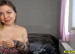 Грудастая симпатичная татуированная крошка мастурбирует игрушкой ее бритую розовую пизду