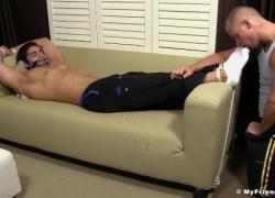 Ханк связывает своего приятеля и облизывает пальцы ног, пока дрочит