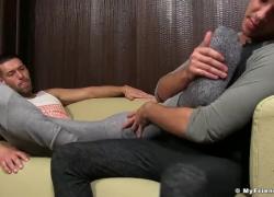 'Хорошо выглядящий поклонник ног сосет пальцы красивого красавца'