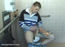 Кристиан удары петух в туалете
