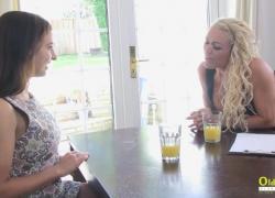 'Курящее горячее лесбийское интервью соблазняет натуралку'