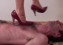 Lea топчет ее раба на красных каблуках