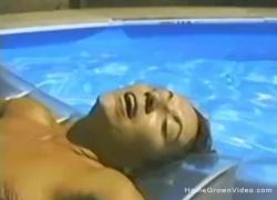 Любительский секс втроем в бассейне